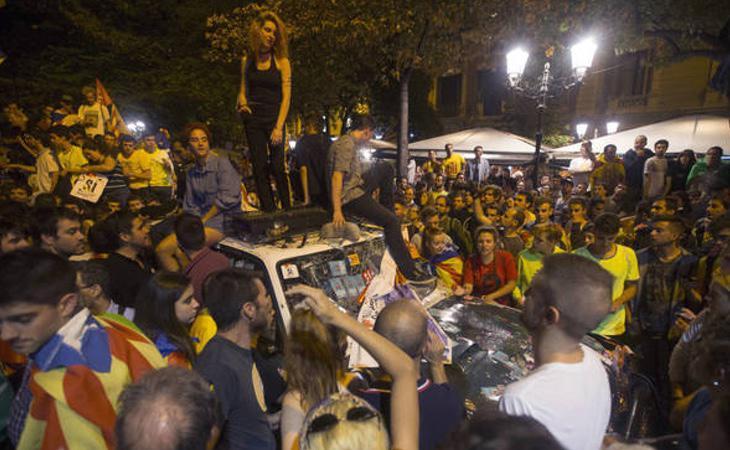 Los manifestantes acorralan a la Guardia Civil