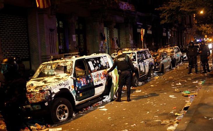 Patrullas de la Guardia Civil inutilizadas por los manifestantes
