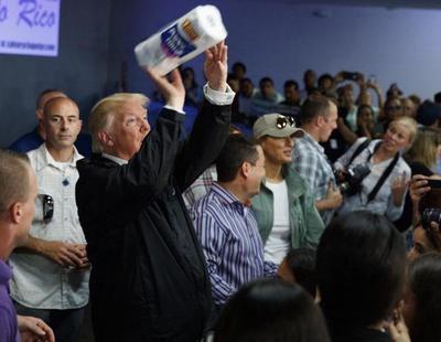 Trump humilla a las víctimas del huracán María lanzándoles rollos de papel higiénico