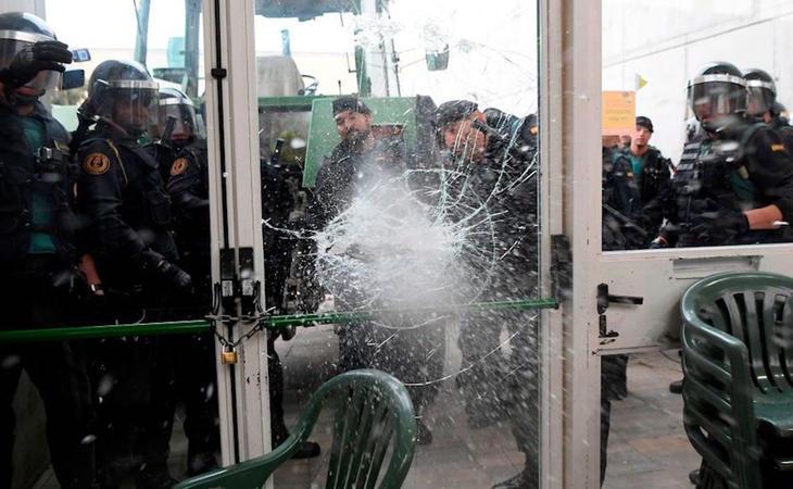 Imágenes de la policía accediendo violentamente a un punto de votación