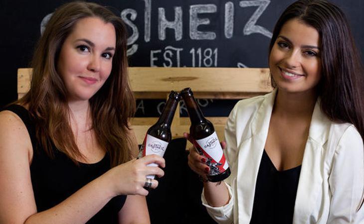 Ainhoa Ocio y Jone Conde, creadoras de esta cerveza artesanal