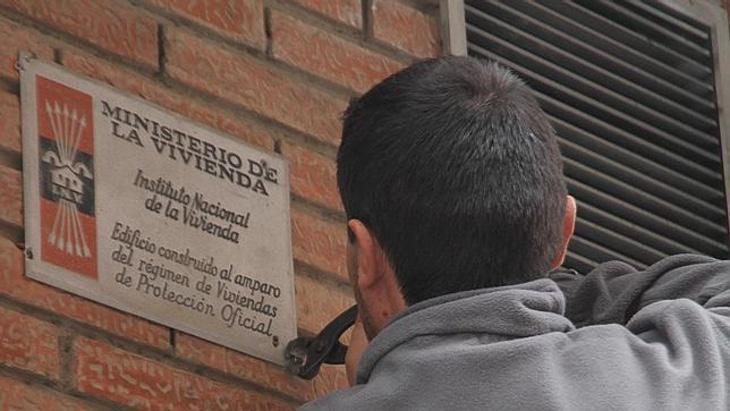 Retirada de una placa franquista de una vivienda