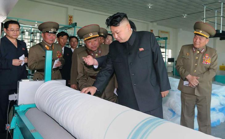 El presidente Kim Jong-un, visitando uno de los misiles que ha desarrollado el régimen