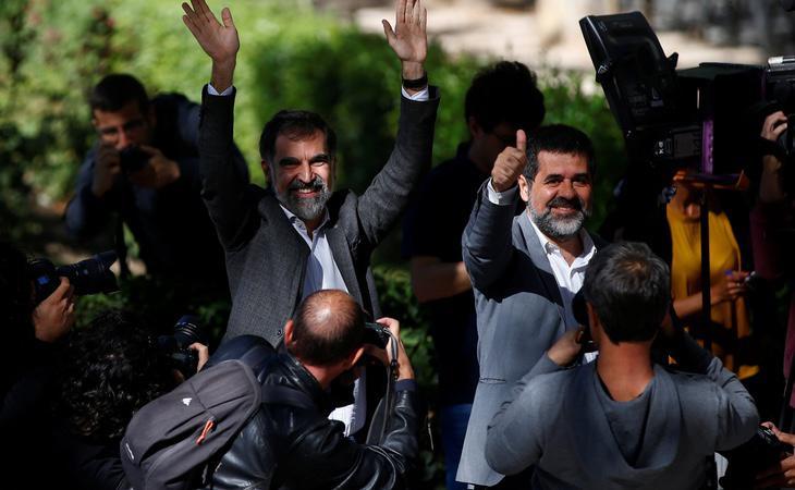 Los presidentes de Òmnium Cultural y de la ANC, Jordi Cuixart y Jordi Sánchez, a la salida de la Audiencia Nacional