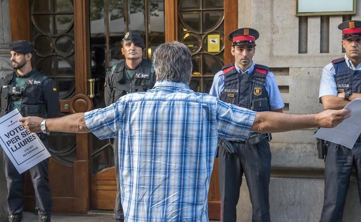 Miembros de la Guardia Civil durante los registros a las sedes de la Generalitat