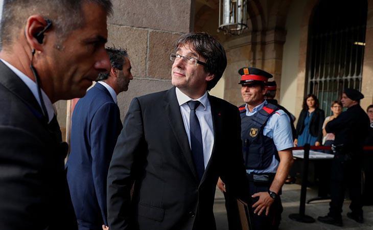 Los diputados se van situando en el Hemiciclo. Puigdemont comparecerá en cuestión de minutos.