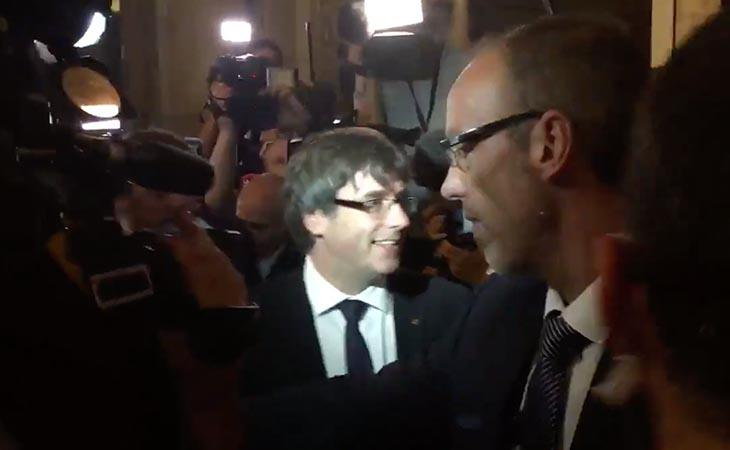 Puigdemont abandona sonriente la reunión con la CUP