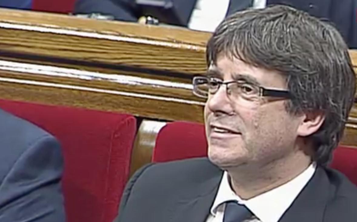 Comienza la sesión. Puigdemont, en la sesión plenaria a espera de realizar su declaración.
