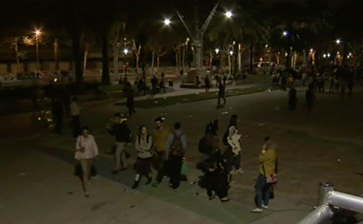 La manifestación congregada en el exterior del Parlament se disuelve. Gran decepción