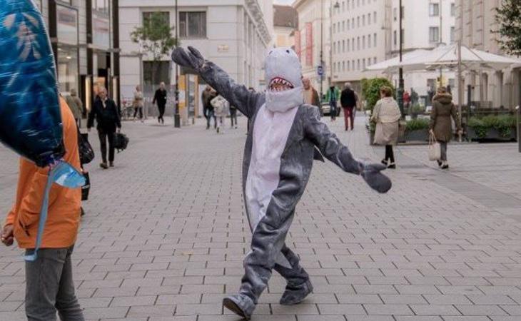 Un joven es multado con 150 euros por ir disfrazado de tiburón