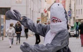 Un hombre disfrazado de tiburón es multado en Austria por la ley anti burka