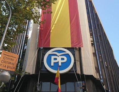 El PP cubre su sede en Génova con una enorme bandera de España y le llueven las críticas