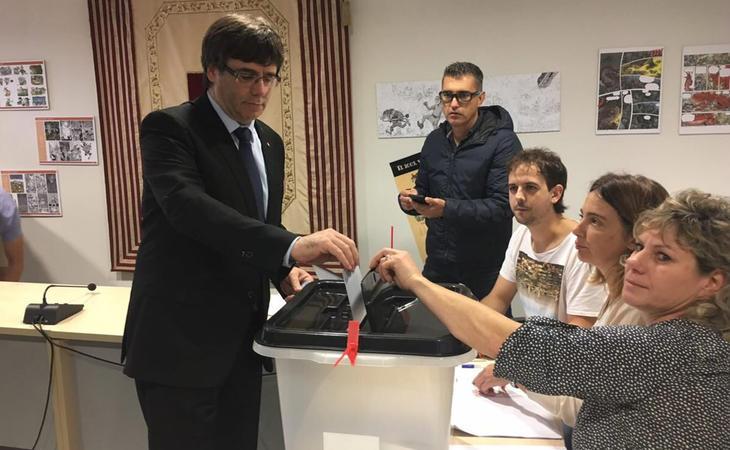 Carles Puigdemont votando en el 1-O