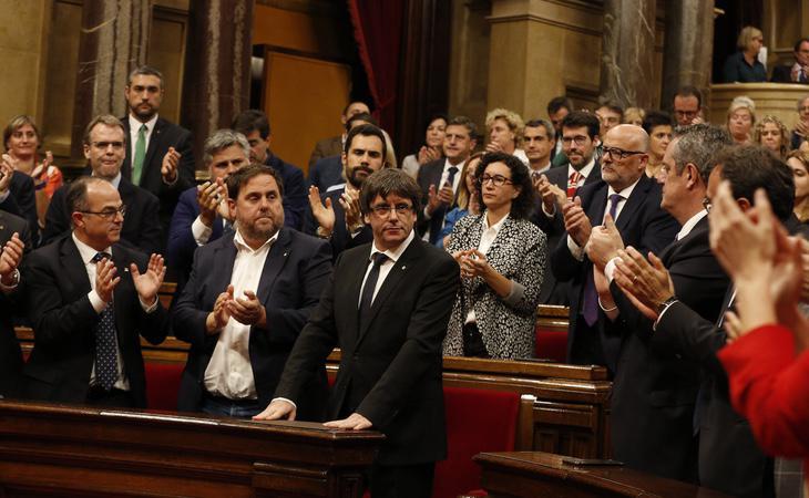 Carles Puigdemont siendo aplaudido por los diputados de Junts Pel Sí