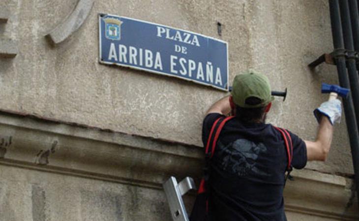 Placa de una plaza con referencias franquistas