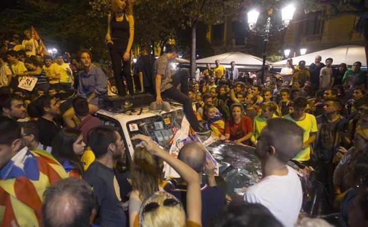 Miles de manifestantes intentaron paralizar los registros y detenciones por parte de la Guardia Civil en cumplimiento de las órdenes judiciales