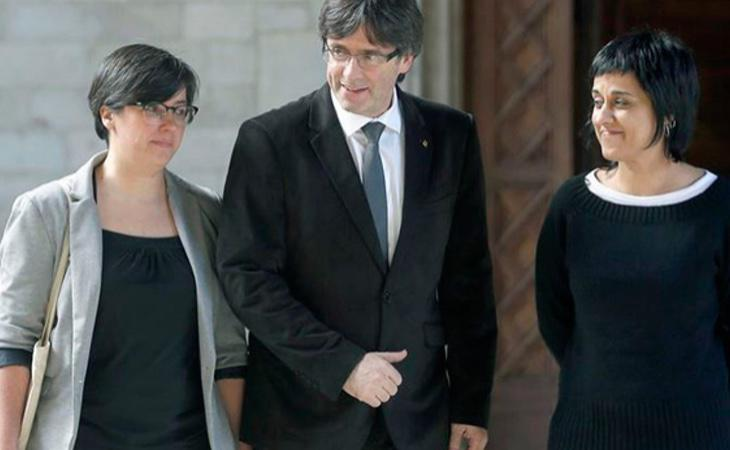 Carles Puigdemont junto a las diputadas de la CUP Mireia Boya y Anna Gabriel