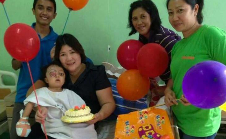 Anabelle con los miembros de la organización que la rescató, tras ser operada
