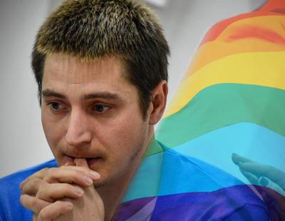 Un refugiado homosexual da la cara por primera vez y denuncia las torturas en Chechenia