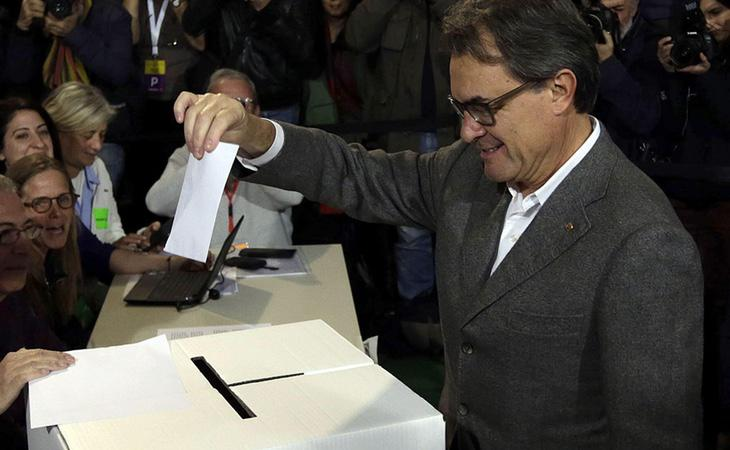 Artur Mas depositando la papeleta en una urna durante el 9-N
