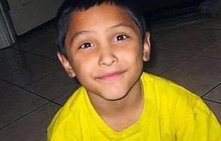 Quema y obliga a comer heces y vómitos antes de matar a un niño de 8 años por ser gay