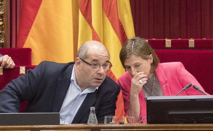 Lluís Guinó, vicepresidente primero de la Mesa del Parlament junto a la presidenta de la cámara, Carme Forcadell