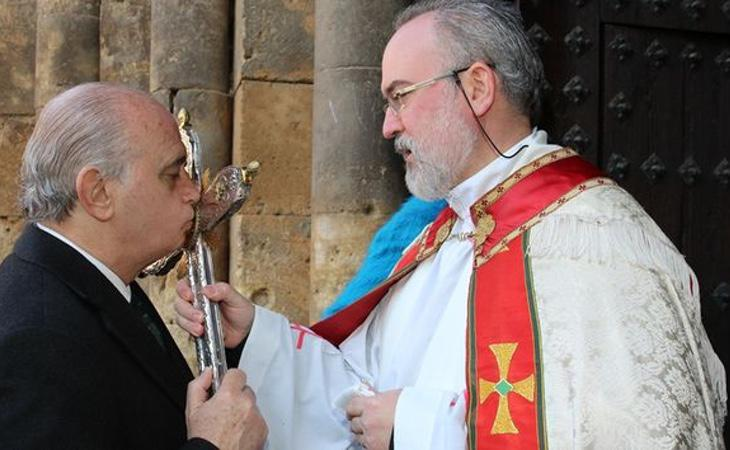 El ex ministro del Interior Jorge Fernández Díaz entrego dos medallas a dos vírgenes