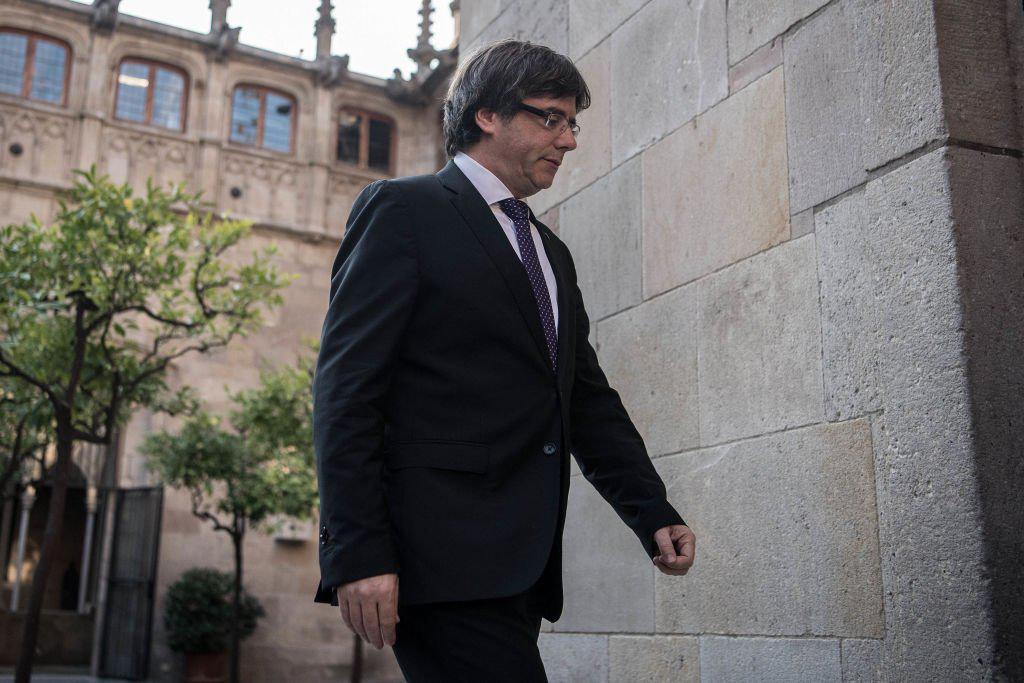 Puigdemont sigue la reunión que aprobará su destitución desde el Palau de la Generalitat. La CUP pide declarar la República