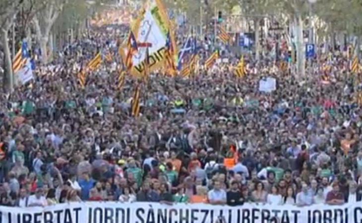 Multitudinaria manifestación en Barcelona para pedir la libertad de los Jordis el día en el que se activa el 155