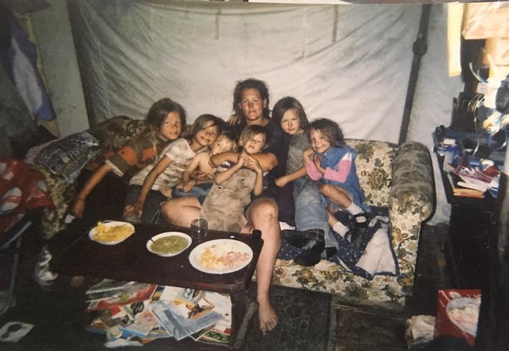 Rosalynn McGinnis con algunos de los hijos que tuvo con su captor en una tienda en México