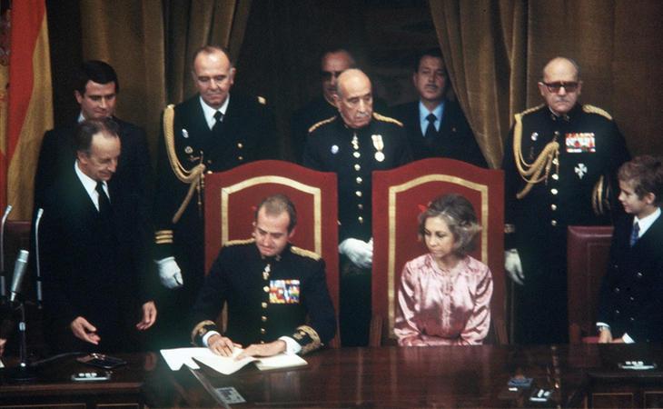 Los reyes, don Juan Carlos y doña Sofía, firmando la Constitución de 1978