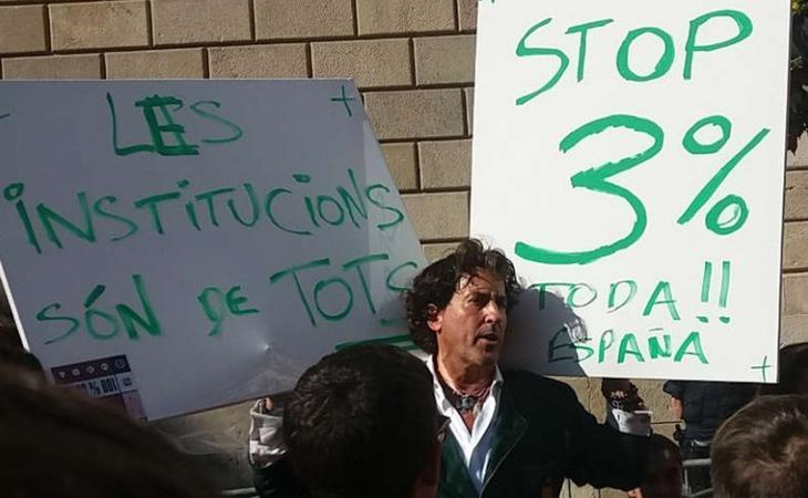 Los Mossos detuvieron al aristócrata ante la posible crispación por sus carteles provocativos en la manifestación de estudiantes