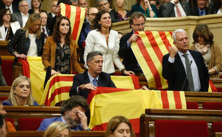 El PP ha desplegado banderas de España y de Cataluña antes de abandonar el hemiciclo