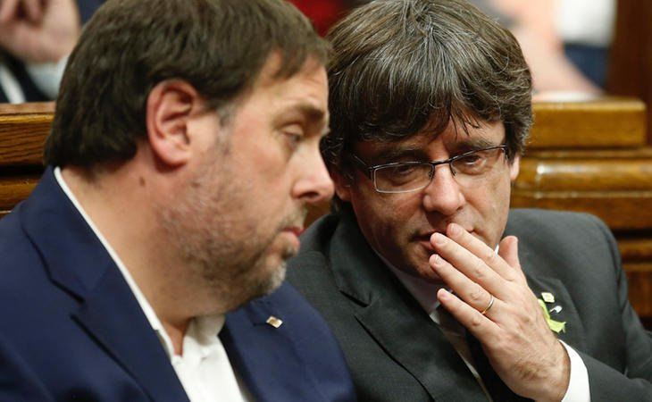Carles Puigdemont y Oriol Junqueras durante la sesión del Parlament
