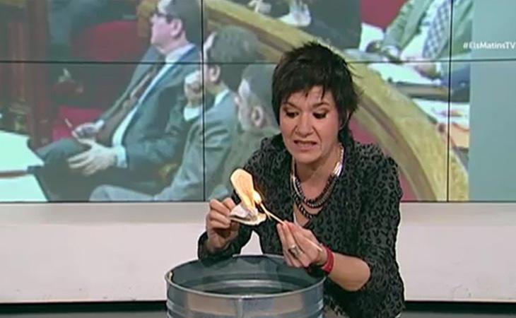 La periodista Empar Moliner, quemanod una Constitución