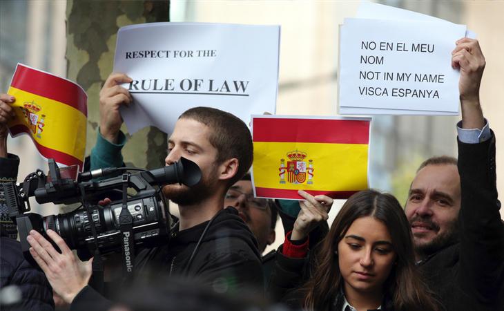 Puigdemont es recibido por manifestantes a favor de la unión de España
