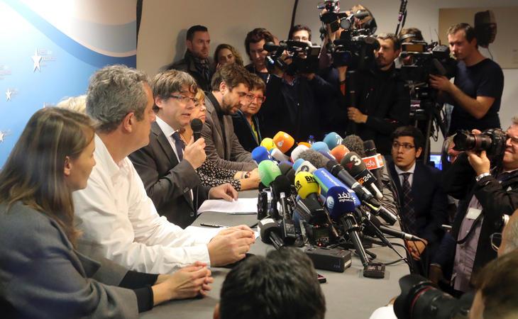 Carles Puigdemont rodeados de sus consellers en la rueda de prensa en el Press Club de Bruselas