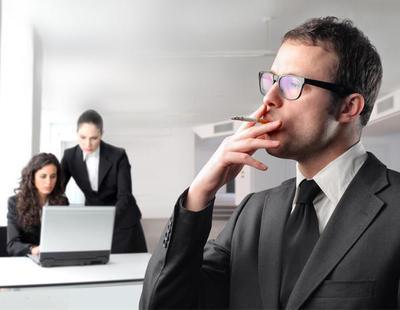 Una empresa da vacaciones extra a los empleados que no hacen descansos para fumar