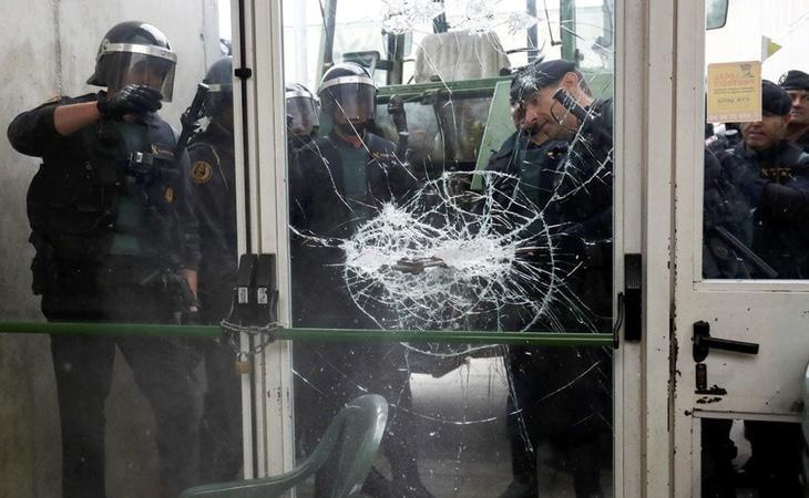 La Policía Nacional destroza la puerta de un colegio electoral durante el 1-O para evitar que la gente vote