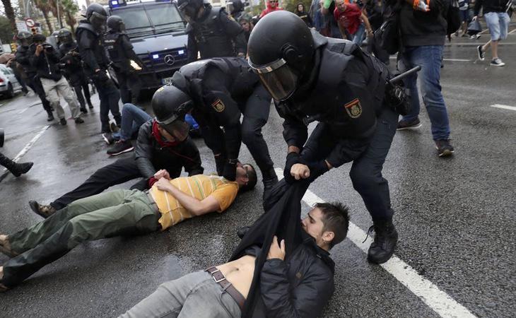 Manifestantes se hacen 'los muertos' para retrasar el desalojo