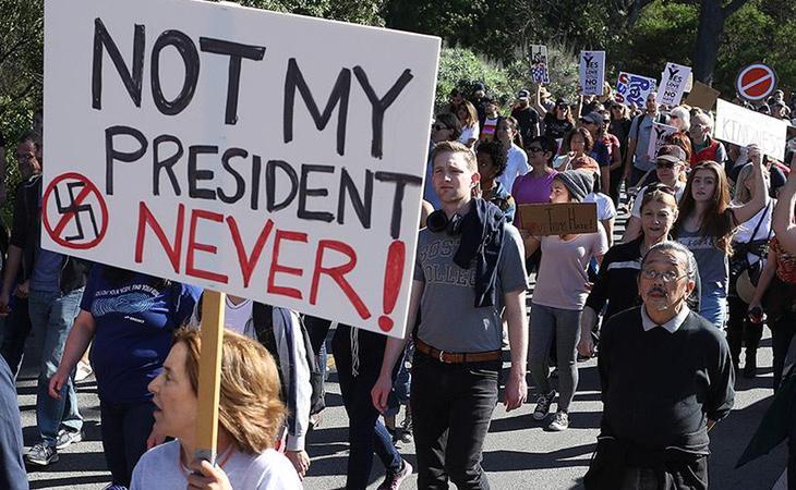 La elección de Donald Trump como presidente de EEUU supuso un shock para la población con un mínimo de sentido común y, por otro lado, dio alas a los grupos de la extrema derecha fascista