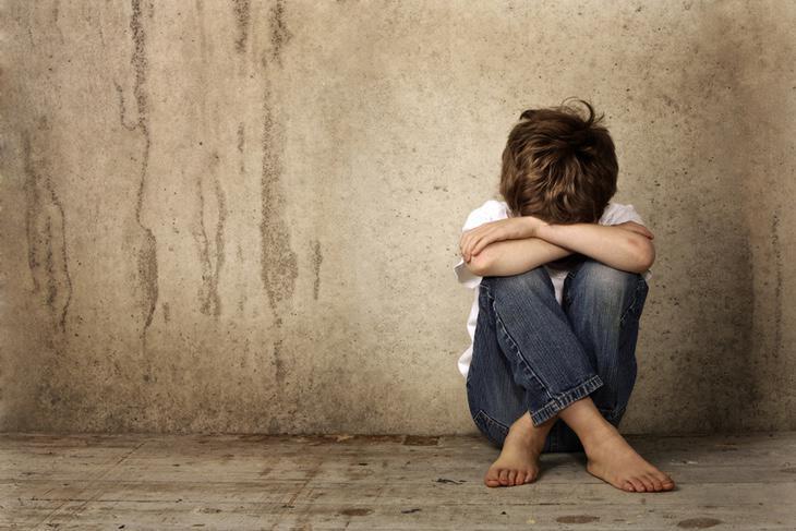 El niño se encuentra en un centro de acogida, esperando poder reunirse pronto con su madre tras los horrores vividos