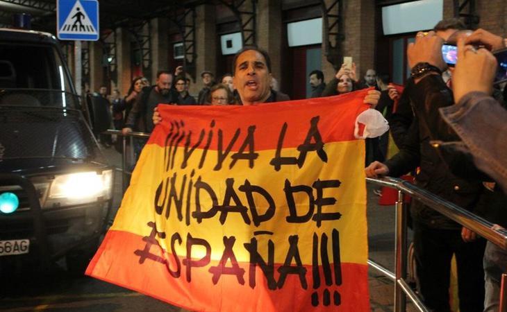 Los manifestantes fascistas insultaron a los miembros de la Mesa del Parlament