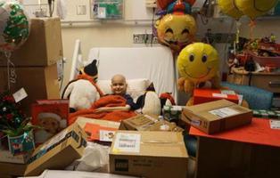 Internet se vuelca con un niño con cáncer terminal y le adelanta la Navidad inundándole de regalos