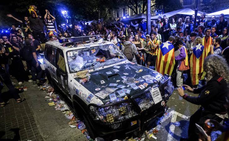 Vehículos de la Guardia Civil destrozados por los manifestantes el pasado 20 de septiembre en Cataluña