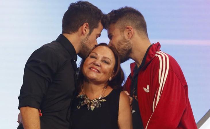 La madre de Ricky rodeada por su hijo y su amigo Lluis