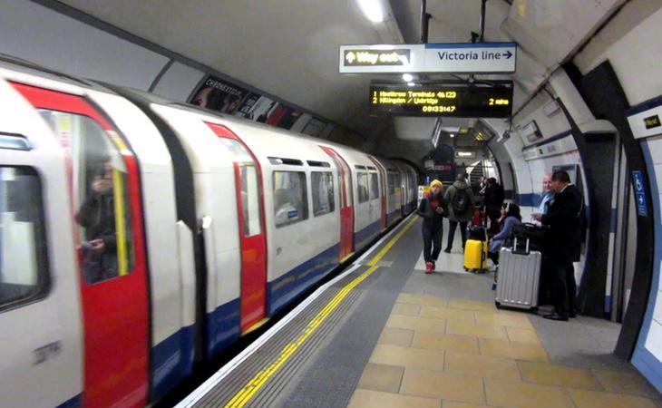 Los viajeros de la línea Victoria del metro de Londres se quedaron atónitos ante el baile de un individuo desnudo