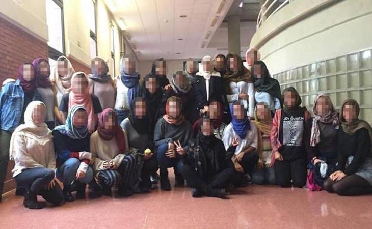 Fotografía de H.E.A. junto a sus compañeras vistiendo el hiyab
