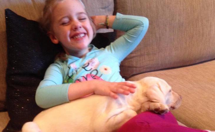 La menor, feliz con su mascota