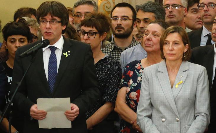 Carme Forcadell junto a Carles Puigdemont tras la declaración unilateral de independencia